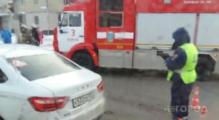 В центре Кирова столкнулись «Веста»и Mitsubishi: на месте работают медики и спасатели