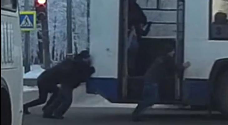 Видео: в Кирове отзывчивые пассажиры толкали троллейбус