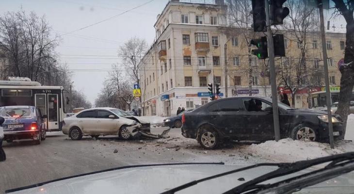 В центре Кирова столкнулись иномарки: от удара одна из них вылетела на тротуар