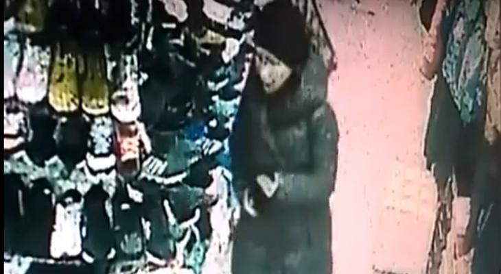Видео: в Кирове девушка украла из магазина сотовый телефон