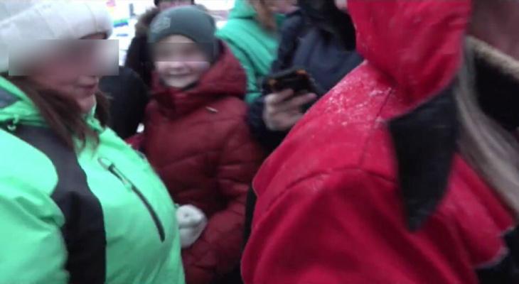 В Кировской области на соревнованиях по мотогонкам на льду фанатка пнула журналиста