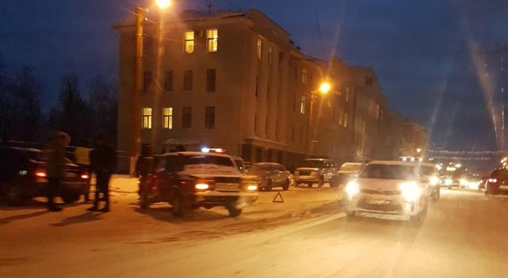 Сразу несколько аварий произошло в центре Кирова: движение парализовано