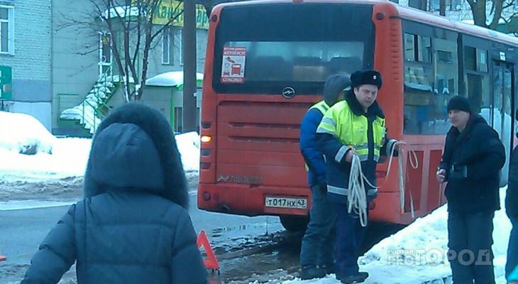Очевидцы рассказали, что утром в центре Кирова обстреляли автобус 1 маршрута
