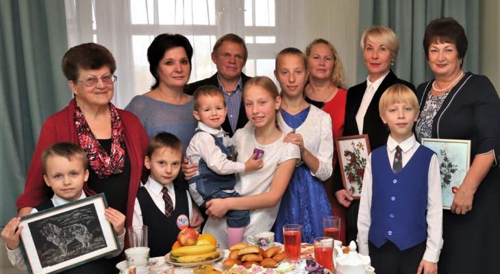 """""""Дети стали называть меня мамой, и я просто не могла устоять"""": семья из Кирова воспитывает 12 приемных детей"""