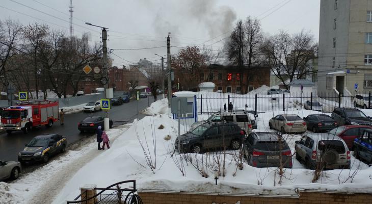 В центре Кирова вспыхнуло здание дореволюционной постройки