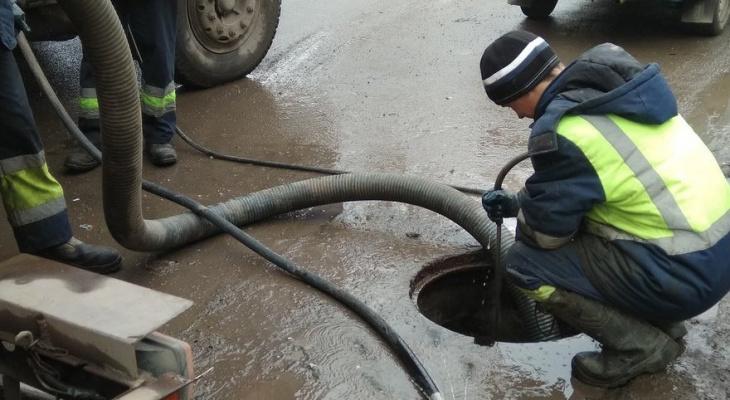 """""""Повсюду лужи"""": в Кирове начали чистить ливневые канализации горячей водой"""