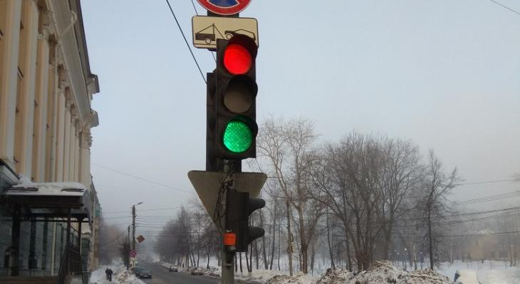 Из-за сломанного светофора в центре Кирова произошло ДТП