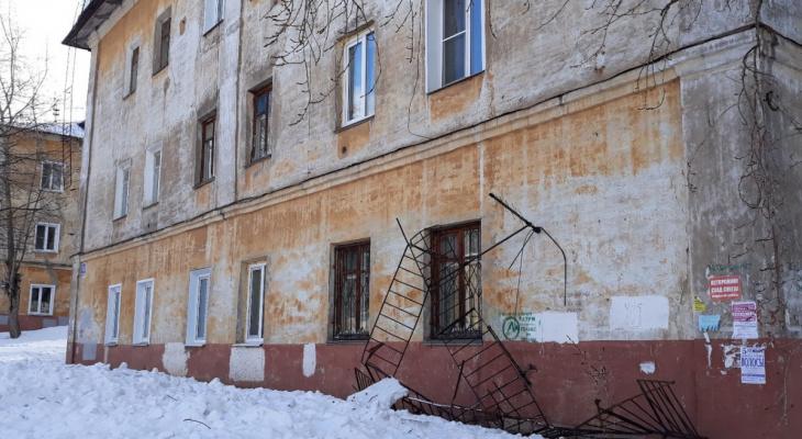 В Кирове снег с крыши дома почистили вместе  с антеннами и снегозадержателями