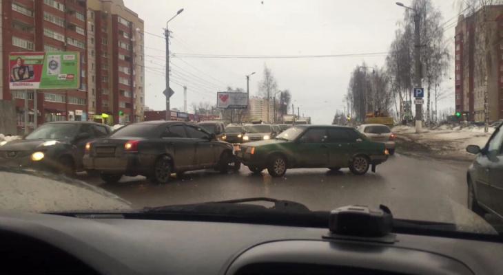 В Кирове на Ленина из-за ДТП образовалась 7-километровая пробка