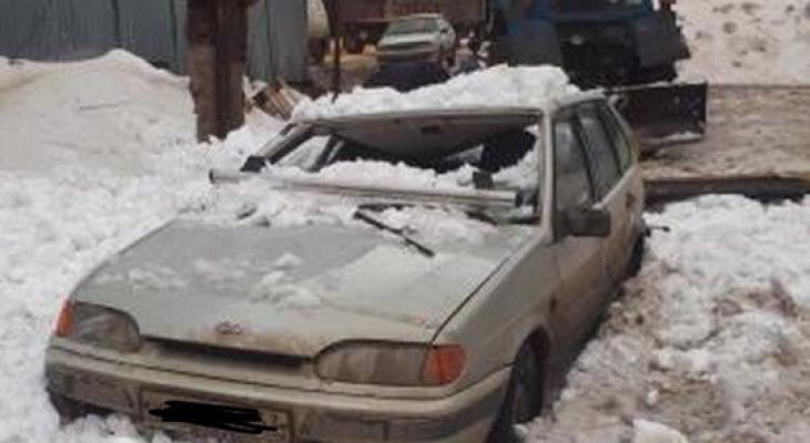В Кирове снова под снегом раздавило машину
