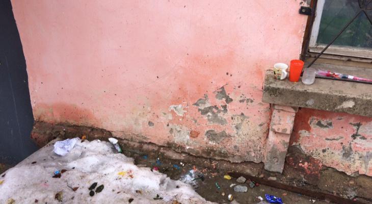 В Кирове убрали стихийный мемориал у дома умершей от обезвоживания 3-летней девочки