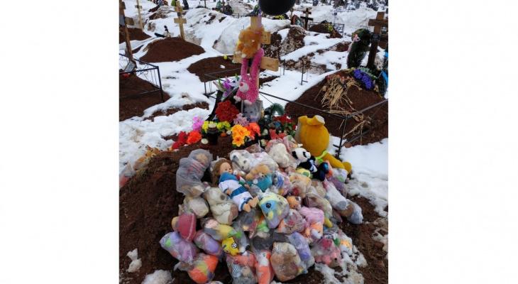 Кировчане массово едут на могилу погибшей от обезвоживания 3-летней девочки