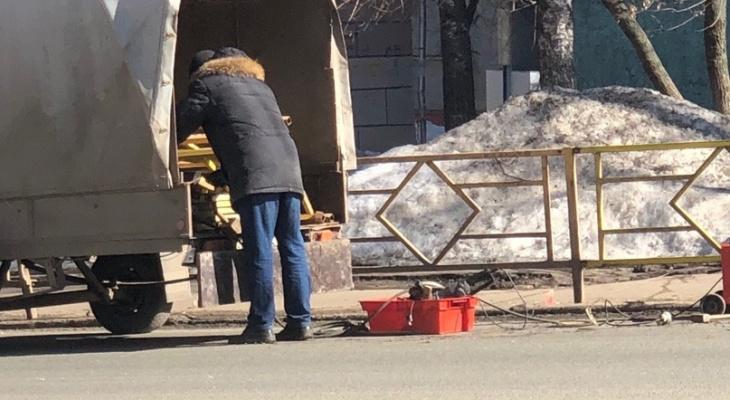 В центре Кирова рабочие демонтируют желтые ограждения у дорог
