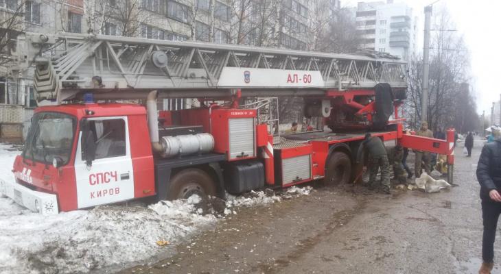 «Как выглядит безысходность?»: федеральные СМИ о пожарной машине, застрявшей в грязи в Кирове