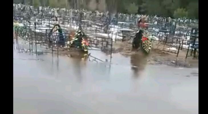 На кладбище в пригороде Кирова под воду ушли могилы, венки и кресты