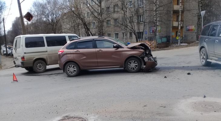 Утром в Кирове произошла массовая авария: есть пострадавшие