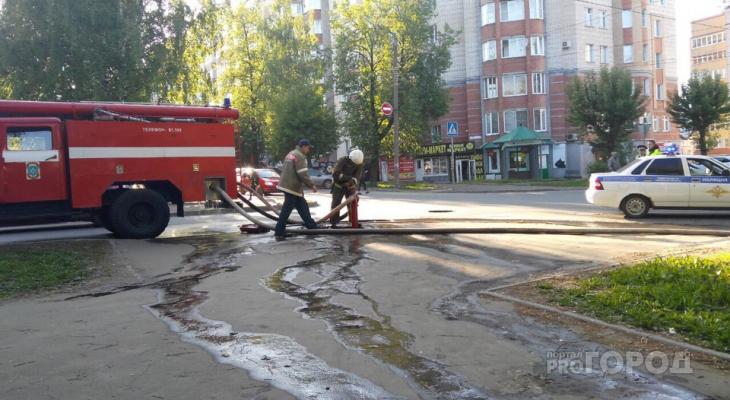 Видео: в центре Кирова пожарные тушат двухэтажный дом