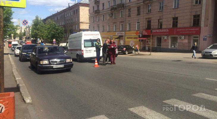 Видео: на пешеходном переходе у Театральной площади сбили велосипедиста