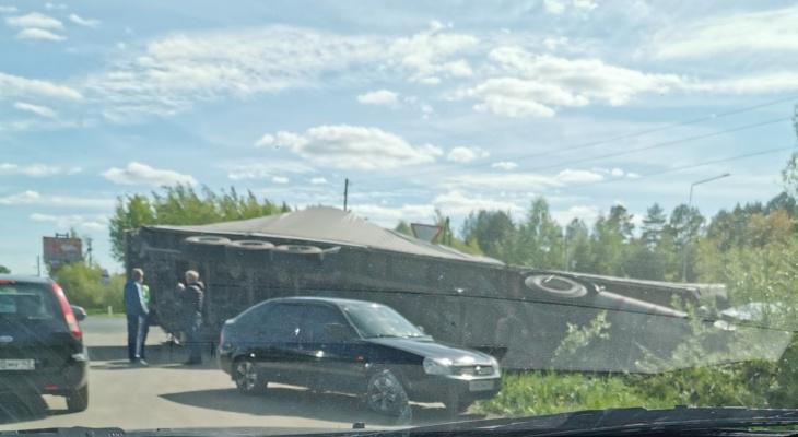 В Нововятске столкнулись два большегруза: одна из машин перевернулась