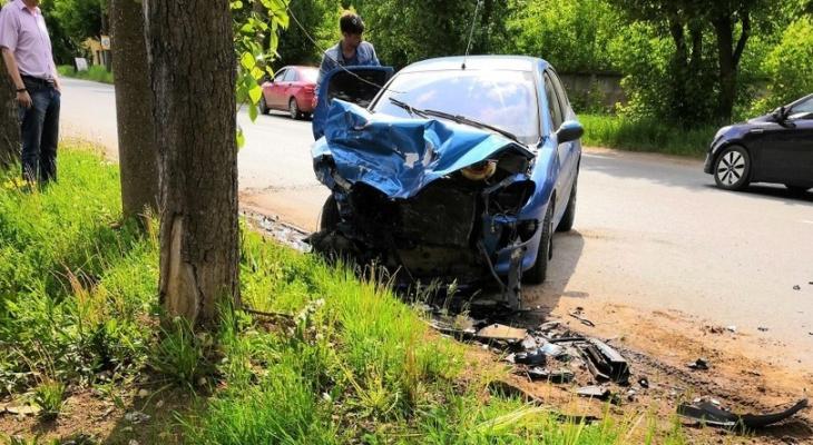 «Peugeot сдвинула двухтонную Mitsubishi на 30 метров»: малолитражка в Кирове влетела в припаркованную машину