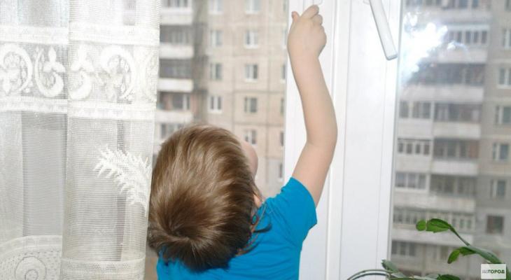 В Лянгасово двухлетний малыш выпал из окна третьего этажа