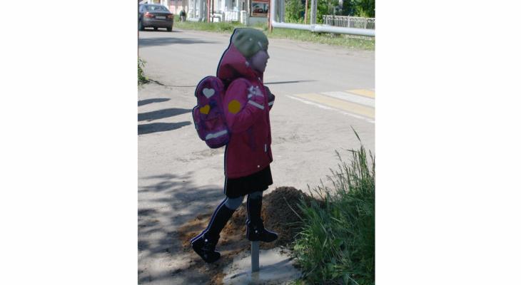 На пешеходном переходе в Кировской области поставили картонную школьницу