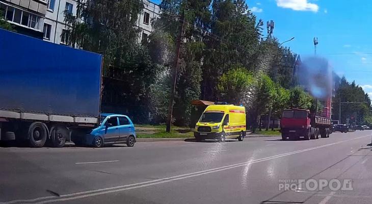 В Кирове малолитражка влетела в стоящую фуру: есть пострадавшие