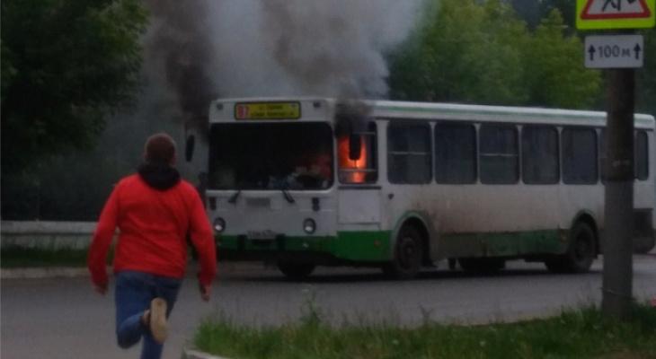 «Двери автобуса заблокировало, парень их просто выдрал»: в Кирове загорелся автобус