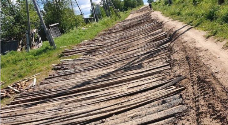 Жители Кировской области отремонтировали дорогу горбылем