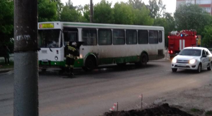 «Если бы покупали новые автобусы, помощь героя не потребовалась бы!»: мнения горожан о пожаре в автобусе