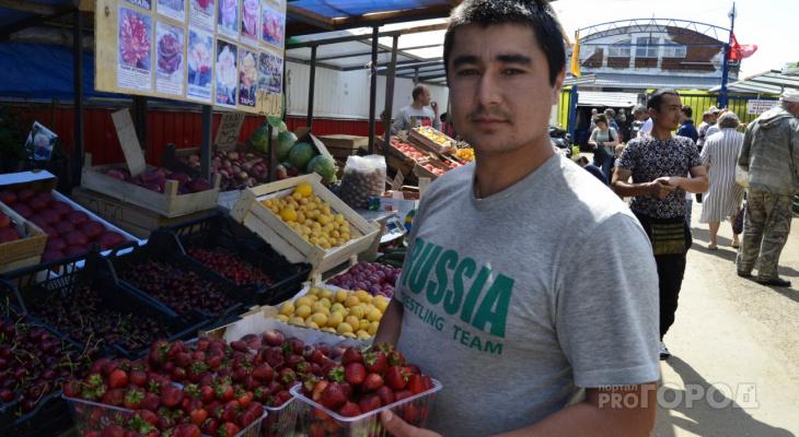 «Продаем около 20 килограммов клубники в день»: уличный продавец о начале ягодного сезона