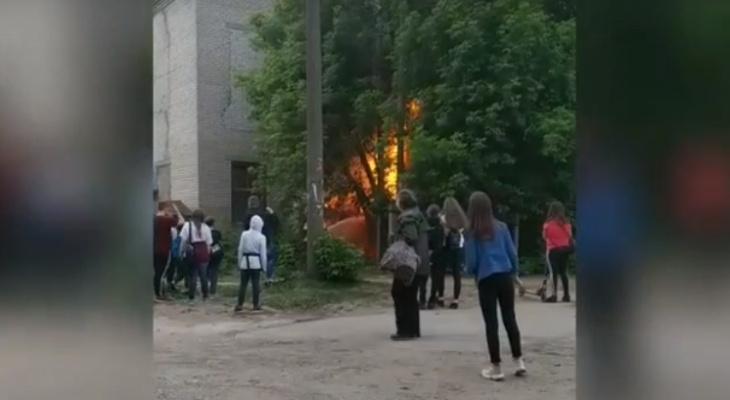 Видео: на Филейке неизвестные подожгли гараж