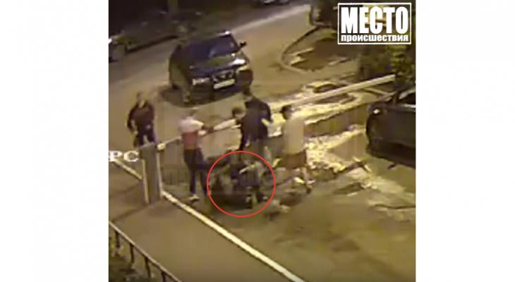 В сети появилось видео массовой драки на улице Хлыновской