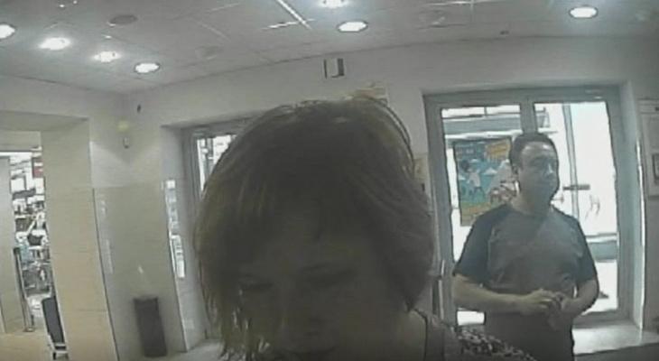Появилось видео кражи денег из банкомата: полиция разыскивает подозреваемую