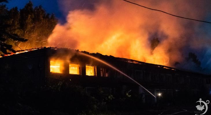 Фоторепортаж: в Котельниче сгорело здание бывшего училища