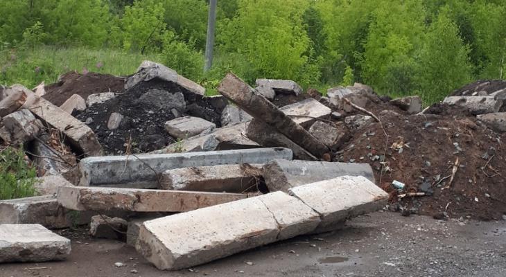 На улице в Кирове устроили свалку бордюров