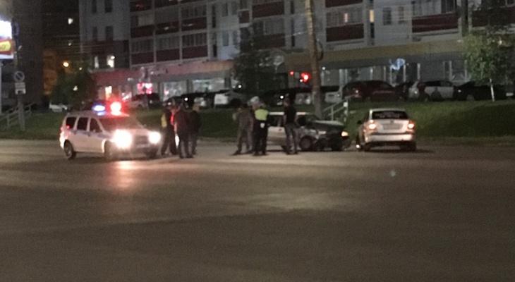 Видео: ночью на пустой дороге в Кирове произошло серьезное ДТП
