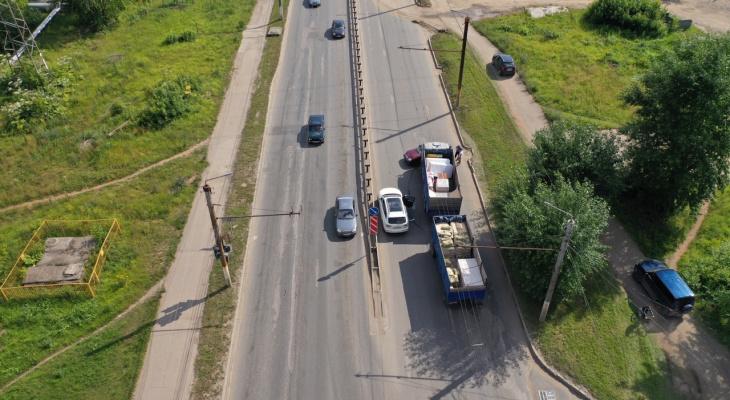 В Кирове из-за столкновения КамАЗа и легковушки машины едут по тротуарам