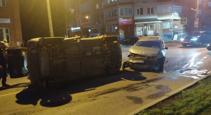 ДТП в центре Кирова: от удара кроссовер перевернулся