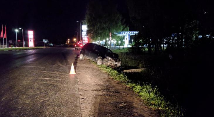 Ночью в Кирове водитель на Renault въехал в столб и убежал