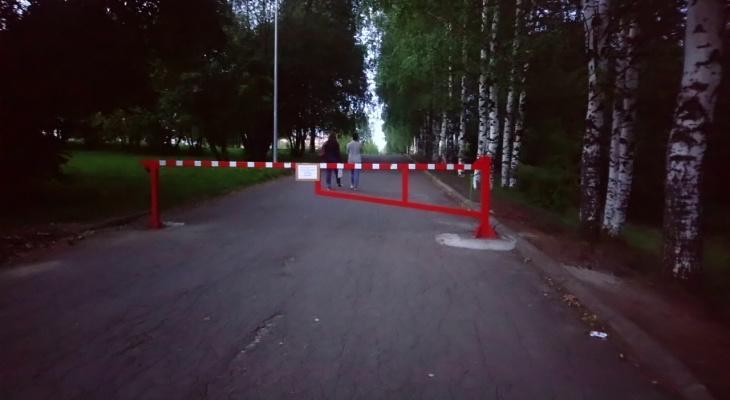Фото дня: на въезде на территорию Дворца пионеров впервые установили шлагбаум