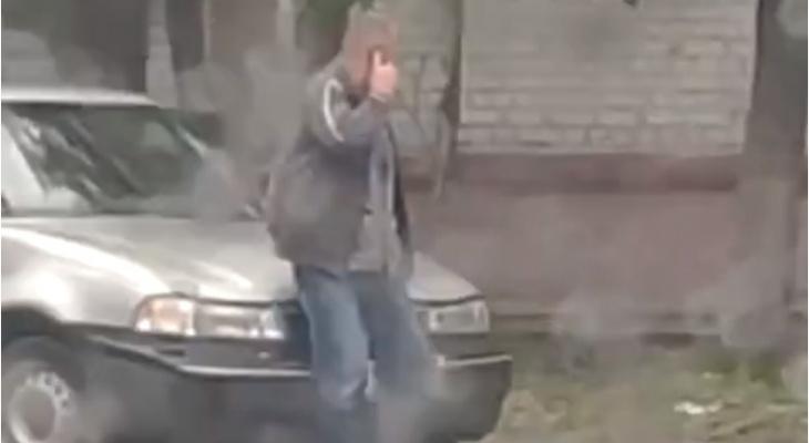 Видео: в Кирове мужчина остановил собой машину, пытавшуюся скрыться с места ДТП