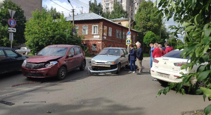 «Пострадавший жив, но сам встать не может»: очевидцы о ДТП в центре Кирова