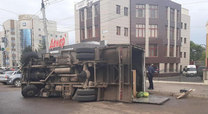 Фото дня: от вокзала образовалась километровая пробка из-за перевернувшегося большегруза