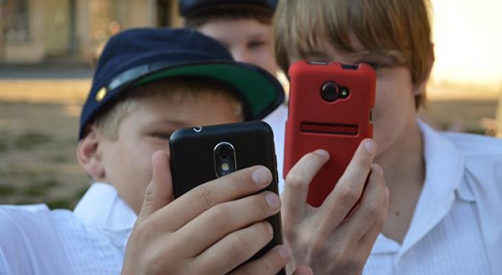 Лишают телефона: в Кирове школьникам запретили использовать смартфоны с интернетом