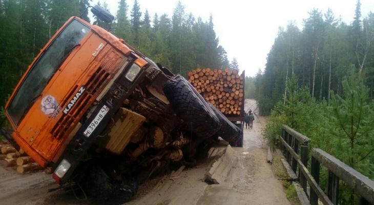 В Кировской области под КамАЗом провалился мост
