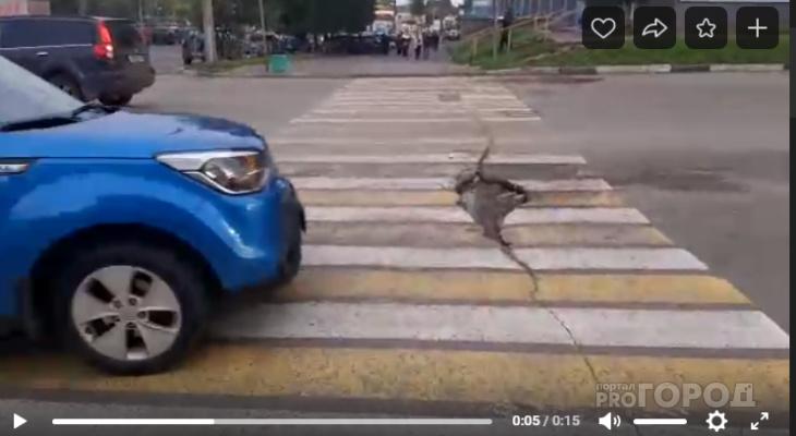В Кирове дорожники нанесли разметку на огромную выбоину на «зебре»