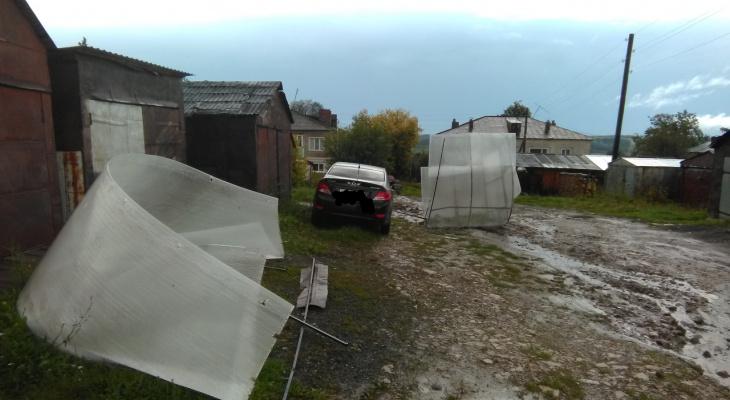 Улетевшие теплицы, вырванные деревья и сорванные крыши: последствия грозы в Кировской области