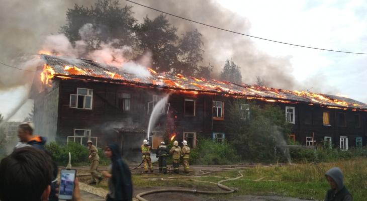 В Кировской области загорелся заброшенный дом