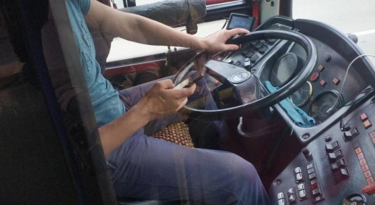 В Кирове водителю автобуса №23 снизят премию за разговоры по телефону во время движения